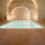 piscina interna con pavimento in cotto