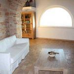 sala con pavimento in cotto trattato